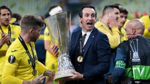 Unai Emery, Head Coach of Villarreal CF celebrates with the UEFA Europa League Trophy (Getty)