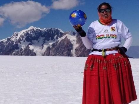 """Fútbol a casi 6.000 metros de altura: ¿quiénes son las """"Cholitas Escaladoras""""?"""