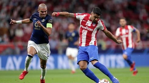 Luis Suárez chuta a bola acompanhado de Pepe em jogo entre Atlético de Madrid e Porto (Getty Images)