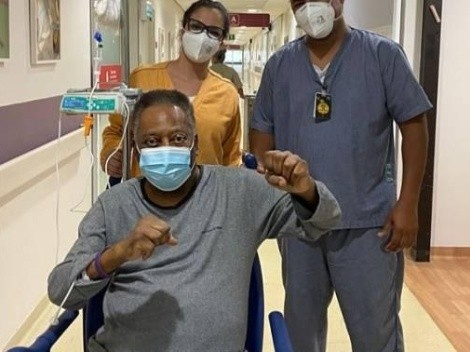 Pelé faz publicação ainda no hospital e comemora recuperação com 'soco no ar'