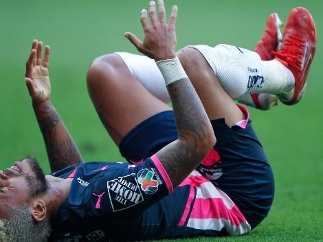 Duván Vergara se retiró del partido tras recibir un rodillazo en la nuca de Aguirre