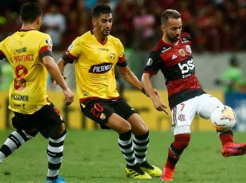 Everton Ribeiro (right) of Flamengo struggles for the ball with a Bruno Pinatares (center) and Emmanuel Martinez of Barcelona SC (right). (Getty)