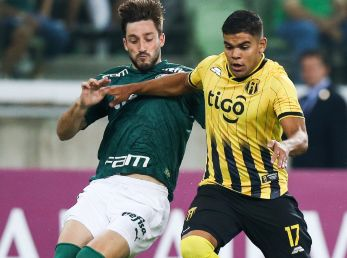 Guaraní vs Palmeiras: Matías Viña of Palmeiras (left) and Rodney Redes of Guaraní fight for the ball during a match for the Copa Libertadores 2020 (Getty).