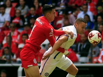 Adrián Mora (left) of Toluca and Jonathan Rodríguez of Cruz Azul fight for the ball (Getty).