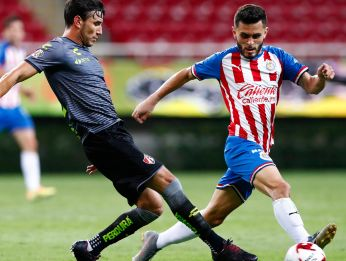 Chivas and Atlas clash in another edition of one of the best derbies in Mexico. (Getty)