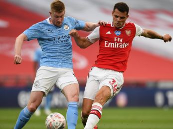 Granit Xhaka of Arsenal (right) challenges Kevin De Bruyne of Man City (left). (Getty)