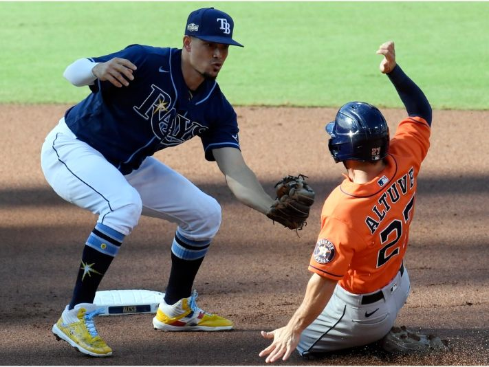 Rays' Willy Adames caughts José Altuve stealing. (Getty)