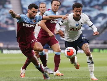 Dele Alli of Tottenham Hotspur (right) fights for the ball with Ryan Fredericks of West Ham (left). (Getty)