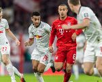 Former Bayern player Thiago Alcantara (centre) is challenged by players of RB Leipzig. (Getty)