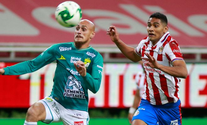 Nicolás Sosa of León (left) fights for the ball with Gilberto Sepúlveda of Chivas (Getty).