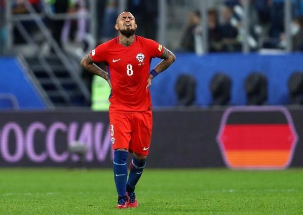 Arturo Vidal lamentándose con la camiseta chilena