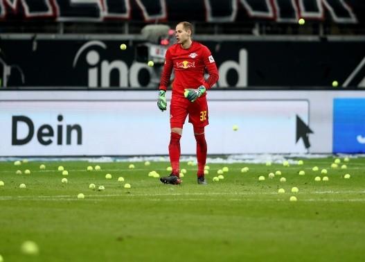 Como la espuma, Salcedo y el Frankfurt ascienden en la Bundesliga