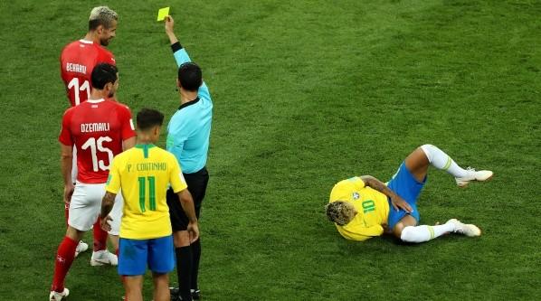 Neymar en el piso dolorido. El juego bruzco de Suiza hizo mella en el rendimiento del 10.