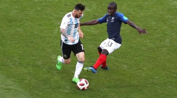 N'Golo Kante quitándole un balón a Messi.