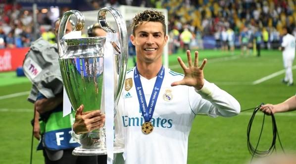 Cristiano posa con el trofeo de la Champions League