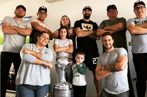Lucas Pratto junto a su familia.
