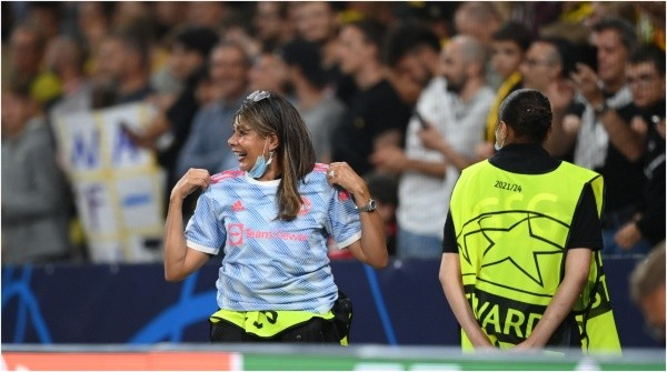 Cristiano le regaló su camiseta a la mujer de seguridad